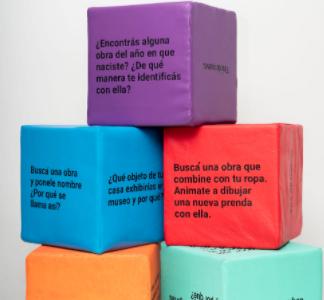 imagen de cubos de colores apilados